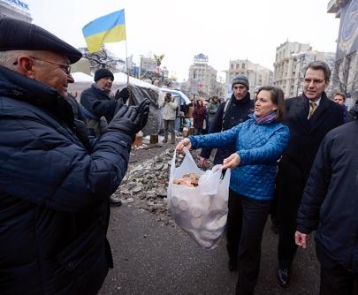 Subsecretaria de Estado de Estados Unidos repartiendo galletas a manifestantes contra gobierno Ucrania